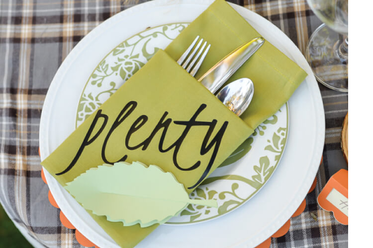How to make customized pocket napkins! Includes folding instructions, as well as details about adding words, names, or images using an electronic cutting machine!
