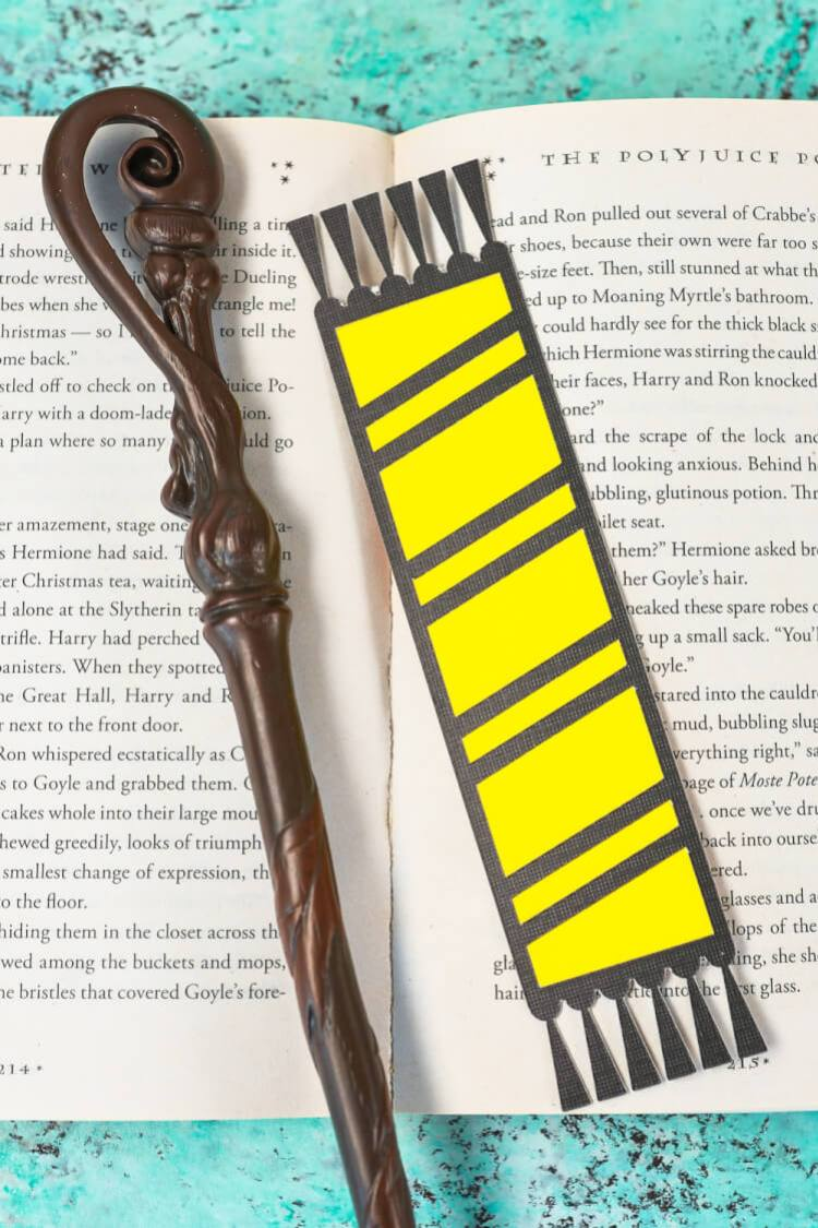 Hufflepuff bookmark - Declare your Hogwarts House with these fun cut paper Hogwarts House bookmarks designed to look like Harry Potter and his friends' (and enemies'!) scarves! Free SVG download for the Cricut or Silhouette.