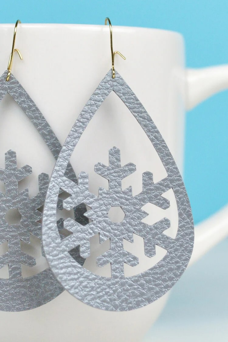 Use your Cricut to make these trendy these faux leather earrings—sweet snowflakes that are perfect for the holidays (without being obnoxious!). An easy Christmas jewelry project.