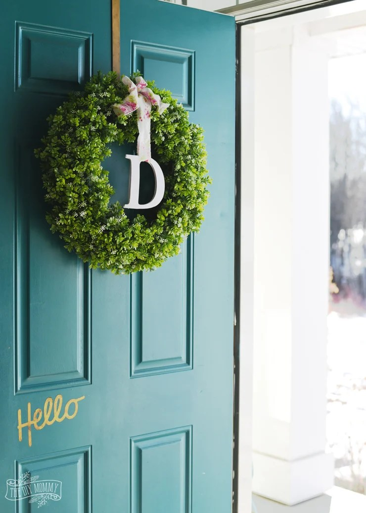 Simple Spring Monogram Wreath from thediymommy.com
