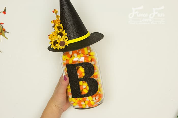 Pick your favorite treats and fill up these Halloween mason jars you can create using the free cut files and decorating ideas from fleecefun.com.