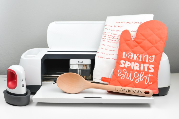 Want to make a personalized Christmas gift for your mom or other favorite baker? This DIY baking set includes an oven mitt, a keepsake towel with a family recipe and customized baking spoon, both made with your Cricut and iron on vinyl!