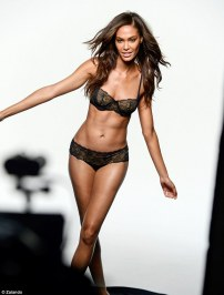 2EC38F2C00000578-3331744-Supermodel_Joan_Smalls_27_proves_why_she_s_the_industry_s_favour-a-18_1448365033356