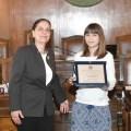 Aliki Kefalogianni, Direttrice della Fondazione Ellenica di Cultura Italia e la studentessa Maria Despoina Dipla durante la cerimonia di premiazione nella Sala del Consiglio Comunale di Trieste.