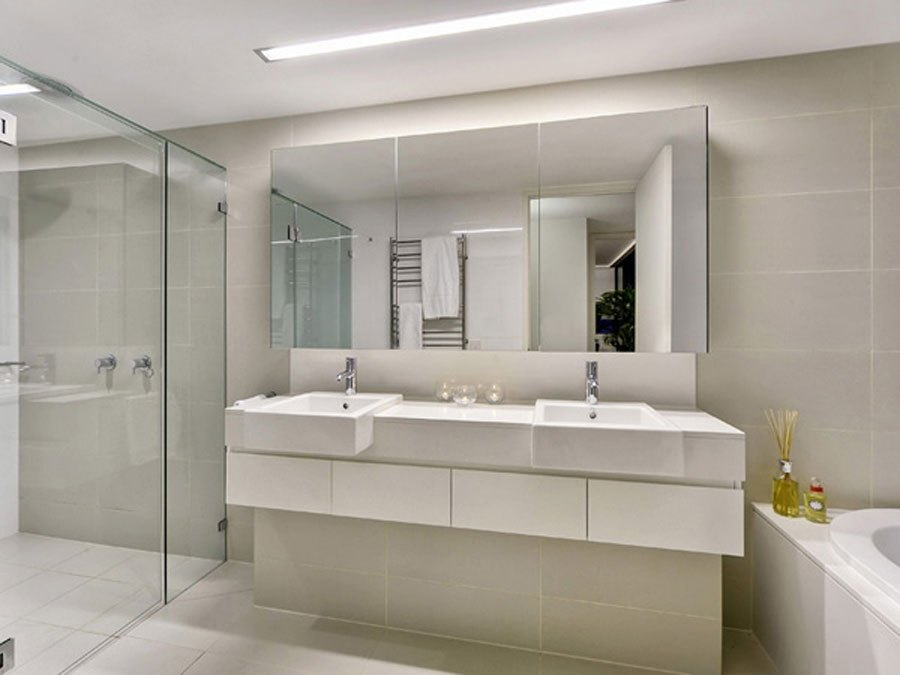 Bathrooms With Large Mirrors
