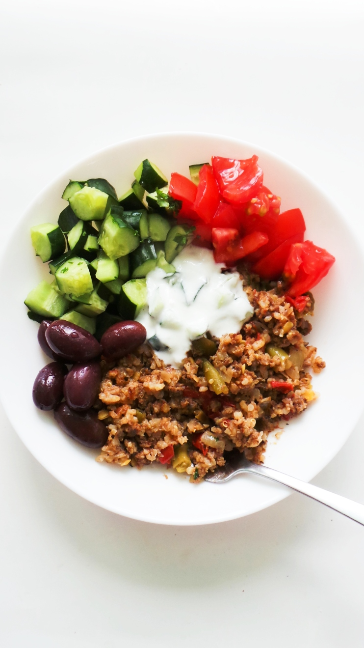 Mediterranean Beef and Rice! This is a healthy dinner recipe with ground beef, vegetables and rice that is gluten-free and ready in 30 minutes, cooked in 1 pan. This dish is great for meal prep as it makes 3-4 servings and can be stored in the fridge for 3-4 days. Serve with sald, olives and tzatziki for even more flavor! | Clean Eating Recipes #healthy #dinner #mealprep