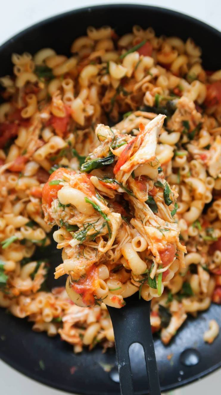 10-Minute shredded chicken macaroni recipe! Make this easy shredded chicken recipe using leftovers in 10 minutes, it's a super tasty and quick healthy dinner recipe that the entire family will love as well! This easy pasta dish is a super healthy version of macaroni and cheese filled with fresh tomatoes, garlic, herbs, chicken and some cheese. Easy, quick, healthy and delicious!