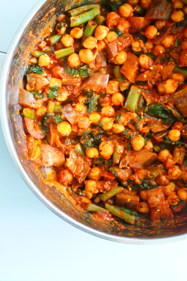 Spicy chickpea skillet - delicious easy and healthy vegan dinner recipe you can make in 15 minutes.