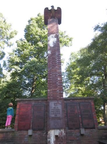 """1939 von der Wehrmacht eingeweihtes """"Schutztruppen-Denkmal"""" zur Erinnerung an die deutschen Kolonialtruppen des Kaiserreichs. Eine Plakette erinnert zudem an das """"Afrika Korps"""" der Wehmacht."""