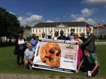 """Übergabe der Unterzeichnerliste des Appells """"Völkermord ist Völkermord"""" in Berlin vor dem Sitz des Bundespräsidenten, 6.7.2015 (Foto: A. Bohne)"""