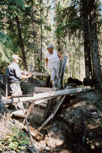 Vera Mattson and Bill Barrett Sr. revisit Togo's cabin in 2003. (Vera Mattson Family Collection)