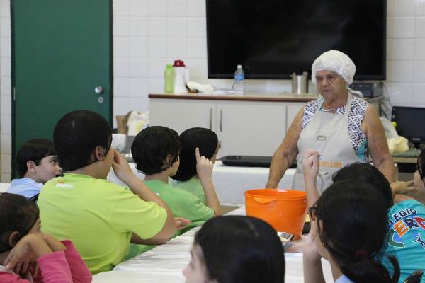 Vovó ensina criançada a cozinhar (Foto: Diego Giovani)