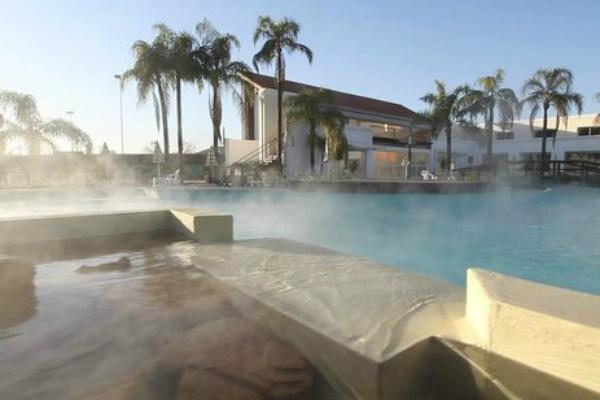 Piscina do Los Pinos Resort Spa, em Rio Hondo (Foto: Divulgação)