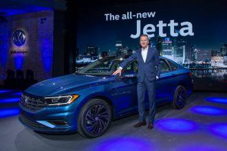 Dr. Herbert Diess, CEO da Marca Volkswagen, ao lado do Novo Jetta