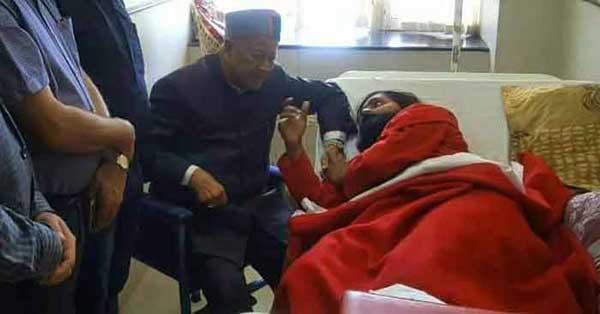 बाबा अमरदेव से मुलाकात करते मुख्यमंत्री वीरभद्र सिंह