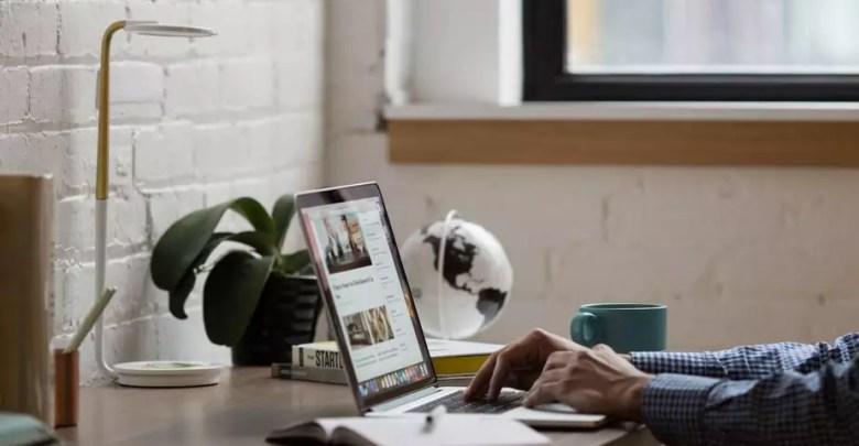 hands typing laptop keyboard - أفضل 10 مواقع تحميل الصور مجانا وبدون حقوق