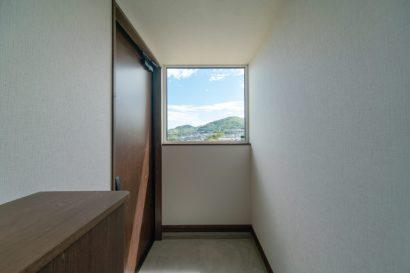 広島 高気密高断熱の注文住宅 明るい玄関 高性能パッシブ設計