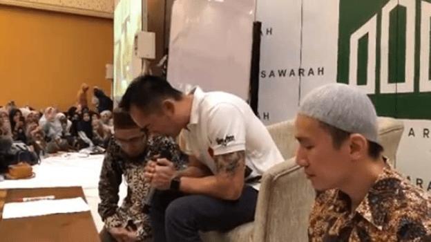 Ustaz Felix Siauw Peluk Haru Sang Kakak Freddy Siauw Usai Jadi Mualaf