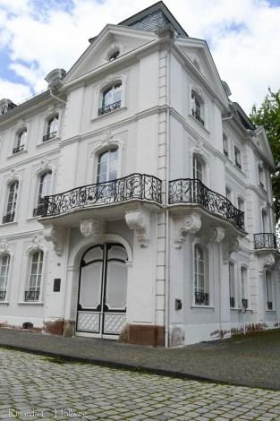Weiße Häuser in Saarbrücken