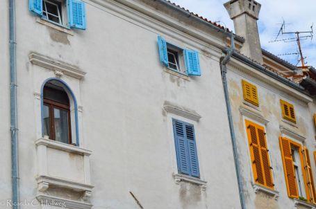 Bunte Fensterläden in Piran