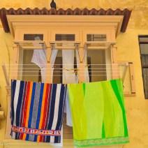 Okkerfarbener Erker mit Handtüchern