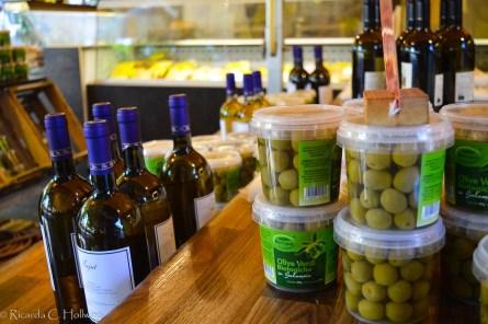 Oliven und Wein auf dem Viktualienmarkt