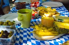Brotzeit auf weiß blauer Tischdecke