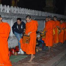 Vielzahl von Mönchen in Luang Prabang