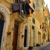 Häuserfronten mit trocknender Wäsche in Valletta