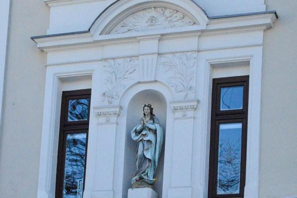 Nische eines Hauses mit Maria