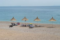 Wenige Sonnenschirme in Dhermi Albanien