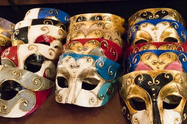 Bunte Masken bei Mistero Buffo in Venedig