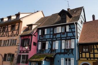 Farbenfrohe Häuserreihe in Riquewihr