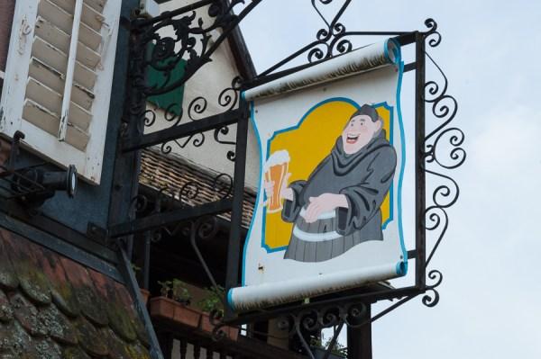 Schild mit Mönch und Bier in Ribeauvillé