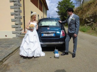 Wedding in Tuscany: in front of the car