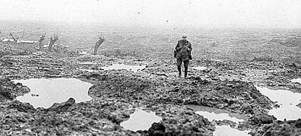 На снимка от 20-те години на миналия век се явява призракът на британски войник