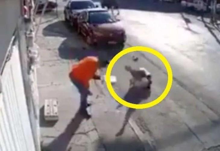 Невидима сила подхвърли жена като кукла и я стовари насред улица (ВИДЕО)