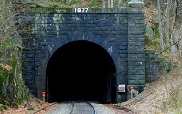 Безплътният глас в страховит тунел плаши две момчета (звук+видео)