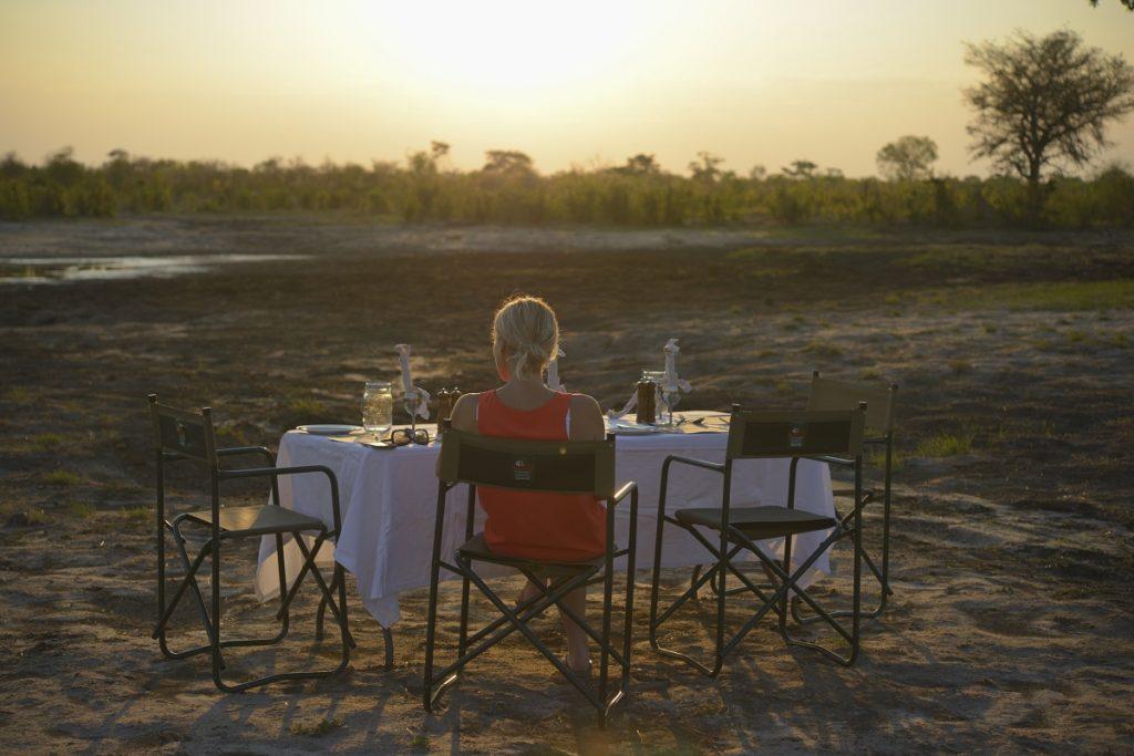 Die Sonnenuntergänge in Simbabwe sind warm, gold und wunderschön – keiner wie der andere – und was gibt es Schöneres, als dieses Spektakel bei einem privaten Sundowner zu bestaunen, entweder bei der Haupt-Wasserstelle der Lodge oder an einer der umliegenden Wasserstellen, die im Herzen des offenen Busches gelegen sind. Wenn das Licht langsam schwindet, können Sie eine Vielzahl an Tieren beobachten, die zum Trinken an das Wasserloch kommen, während Sie genüsslich an Ihrem erfrischenden Cocktail schlürfen, bis letztendlich eine Decke aus Sternen über Ihnen erstrahlt.