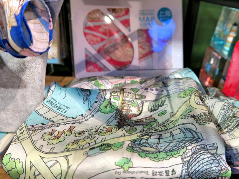 A city map also used as a scarf! That's a brilliant idea!