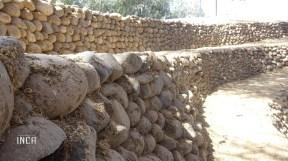 El muro de piedra canto rodado, difícil de edificar (pircar) sin uso de un aglomerante, que permita unir piedra con piedra y que pueda soportar el paso del tiempo con terremotos incluidos
