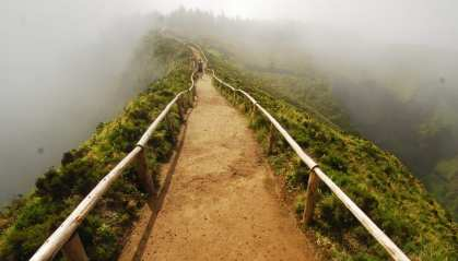 Schotterweg in den Nebel