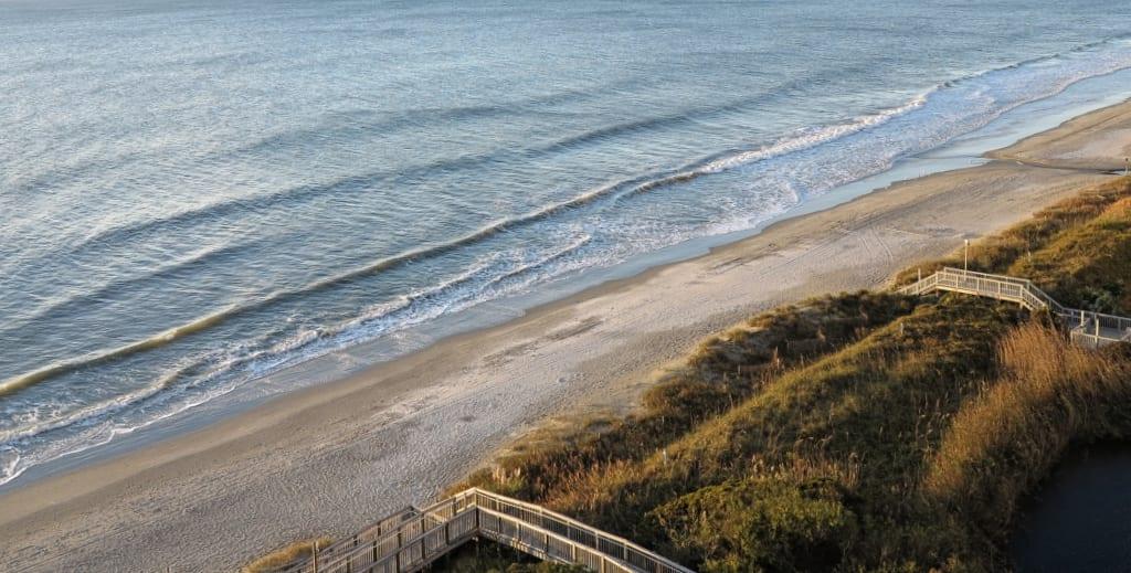 Langer Sandstrand, von oben fotografiert