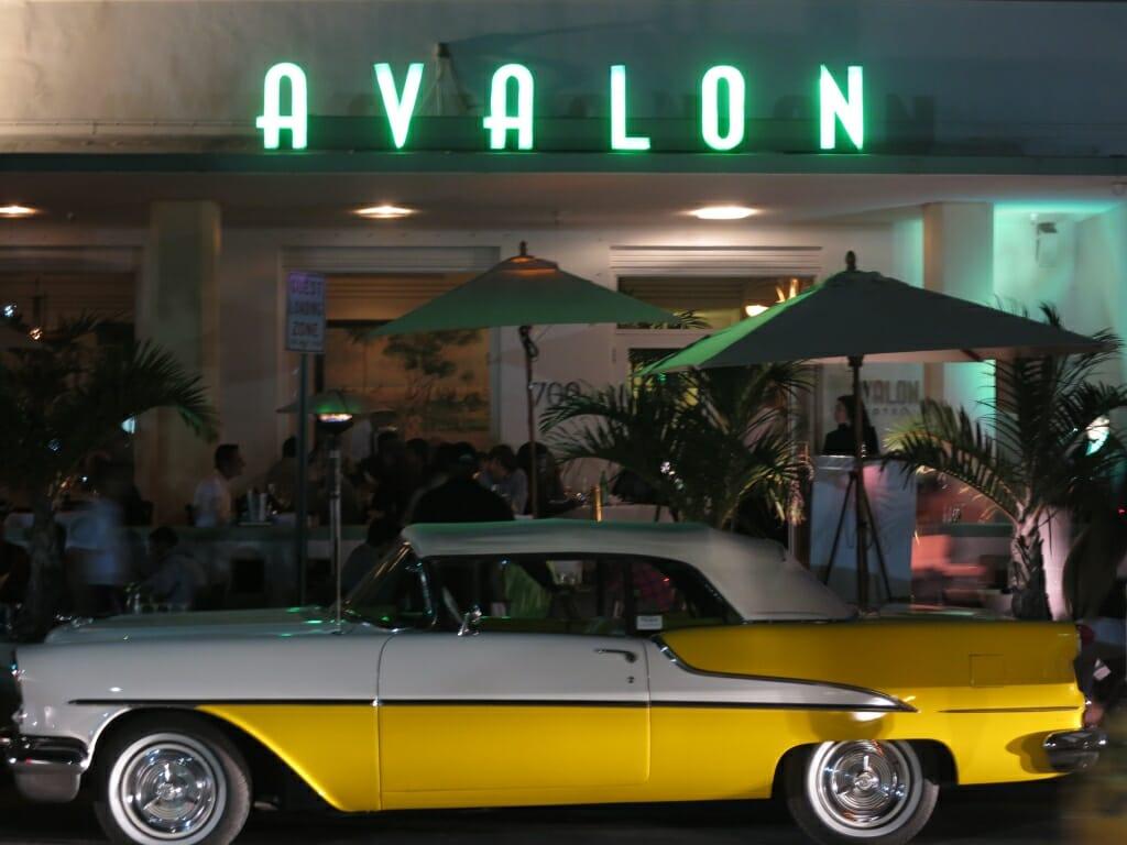 Cadillac vor Hotel mit der Aufschrift Avalon
