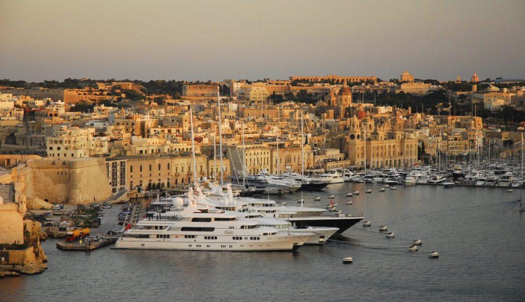 Yachten in einem schönen Hafen im Mittelmeer