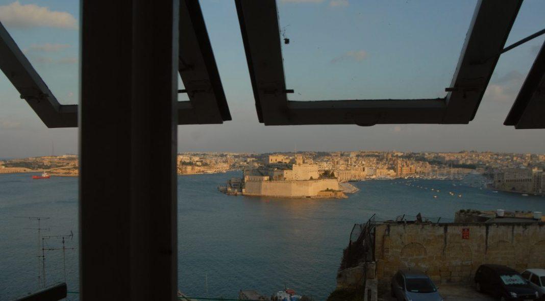 Blick aus einem Erkerfenster über den Hafen von Valletta