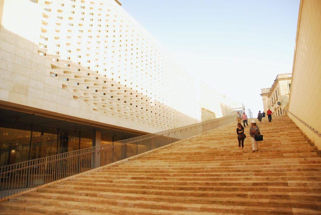 Menschen laufen Treppe hinunter