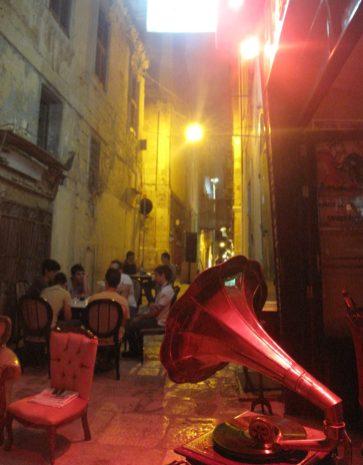 Bar in einer Gasse am Mittelmeer