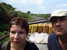 Touristen auf einem Laster in Uganda