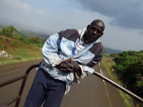 Mann auf einem Lastwagen in Uganda